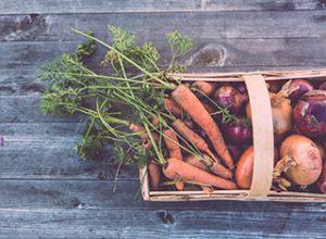 Karotten und Zwiebeln in einem Korb