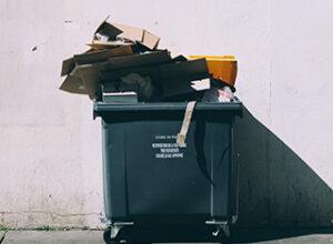 Überfüllter schwarzer Mülleimer