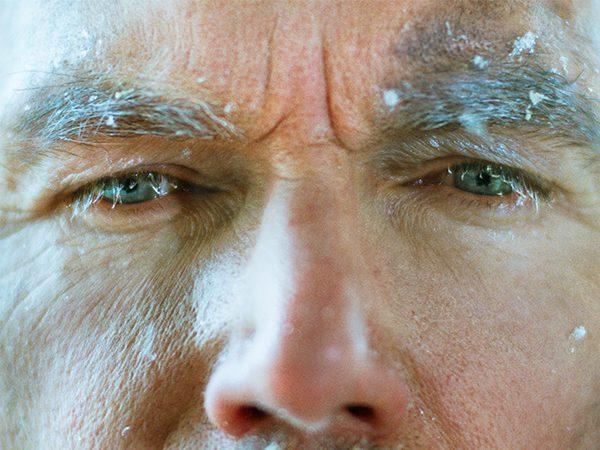 Detailaufnahme von den Augen eines Mannes, dem kalt ist
