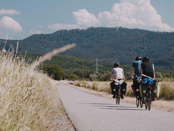 BE WILD: Still aus Film - drei Fahrradfahrer