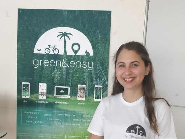 Lisa steht vor ihrem green&easy-Plakat